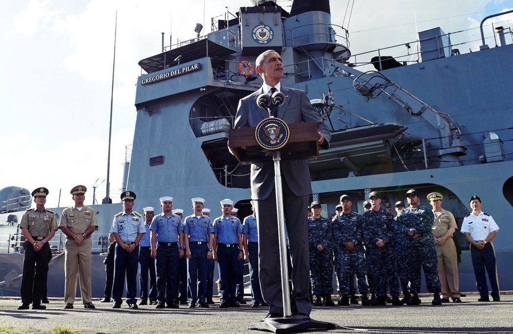 2015年訪問菲律賓的美國總統歐巴馬,在菲國海軍的最大戰艦「葛雷戈里奧.德爾.皮...