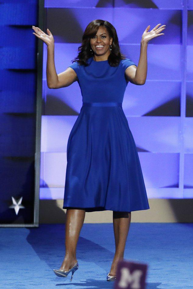 蜜雪兒身穿一件優雅藍色洋裝現身,這件洋裝出自美國設計師 Christian Si...
