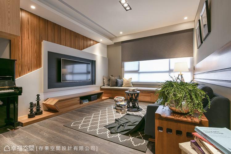 ▲客廳電視牆:考量沙發與電視牆的距離,存果空間設計將牆面的收納移至窗下臥榻區,並...