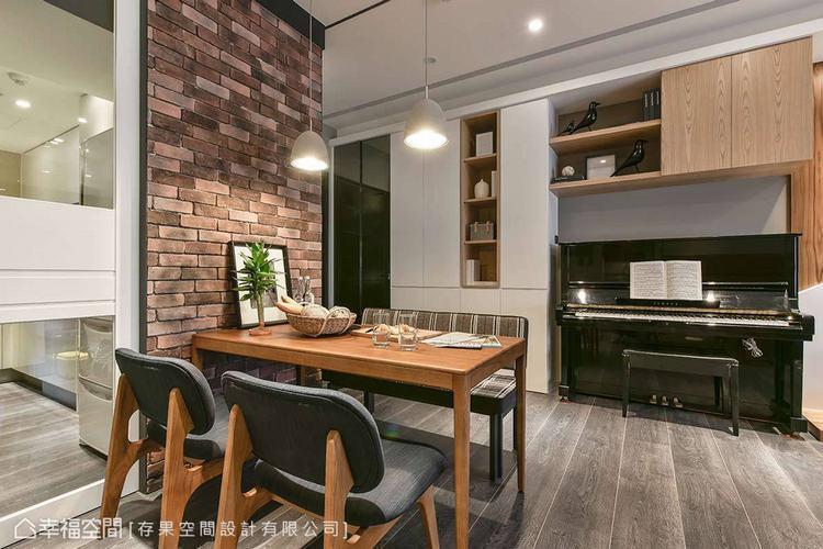 ▲機能設計:鋼琴的上方與左側規劃大量的櫃體,挹注更多機能性與收納配置,讓空間的美...