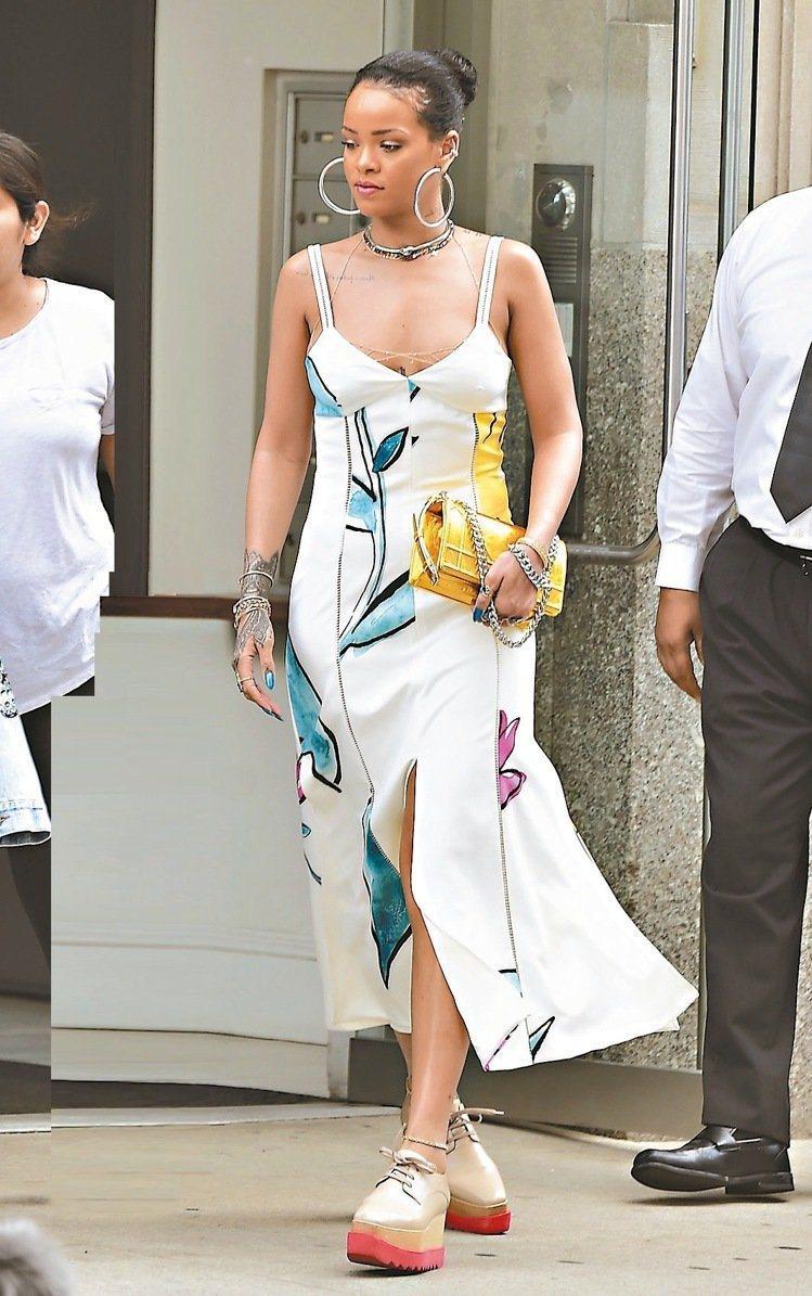 蕾哈娜被拍到穿著STELLA McCARTNEY厚底鞋上街。圖/取自nashvi...