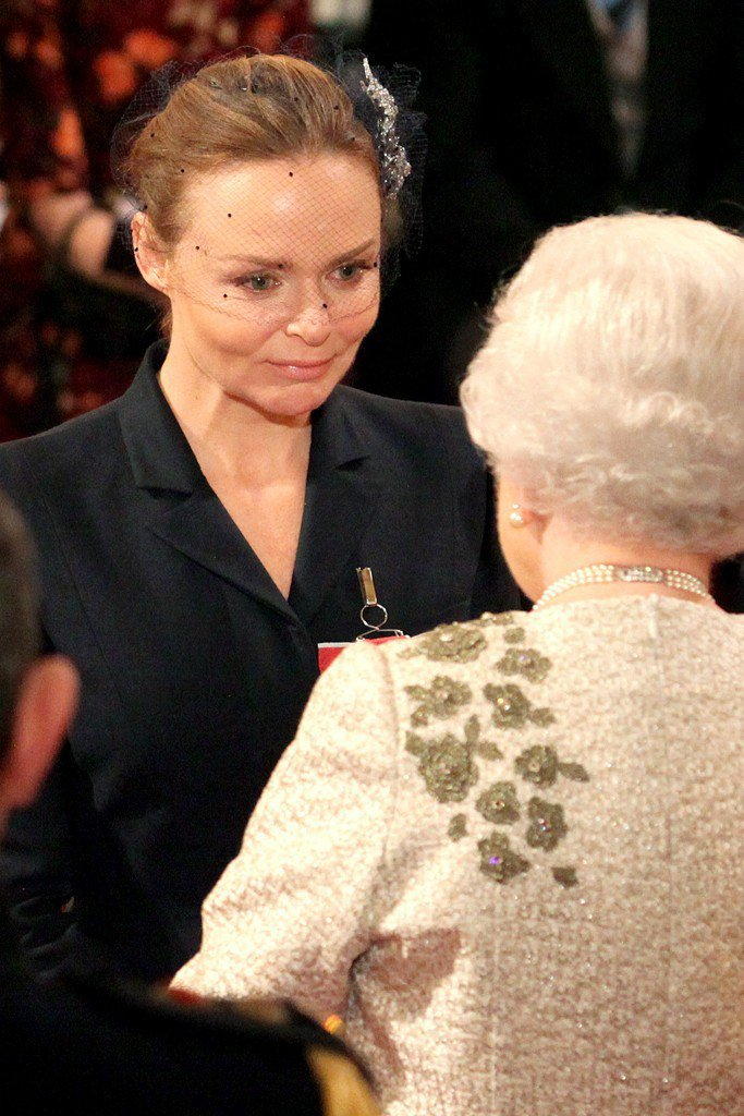 Stella McCartney 2012年從英國女王手上接下 OBE 大英帝國...