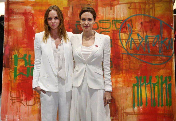 Stella McCartney 邀請裘莉一起參與公益活動。圖/擷取自chaos...