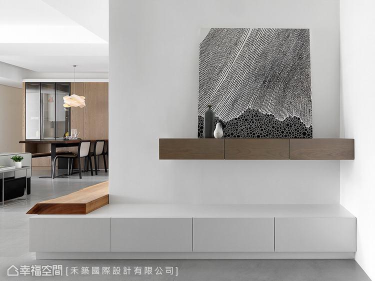 ▲玄關端景:純淨的白色牆體搭配帶有現代氣息的藝術畫作,襯托出家的不凡品味。