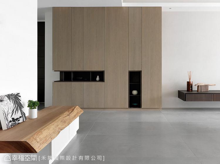 ▲玄關櫃體:樸實的木質櫃體結合展示機能,替場域段落增添趣味風景。