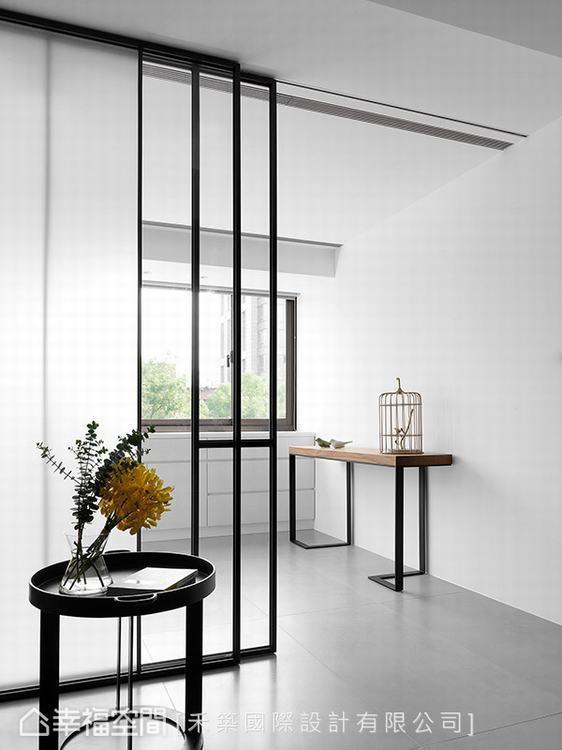 ▲穿透設計:鐵件拉門設計讓光線得以穿透入內,照亮一室明亮通透。