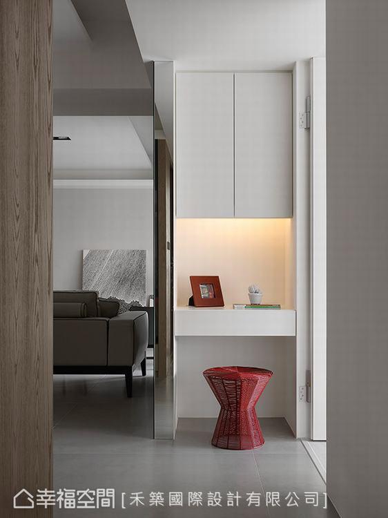 ▲廊道機能:通往主臥室與女孩房的廊道角落,設有簡單的收納及檯面機能,成為銜接公私...