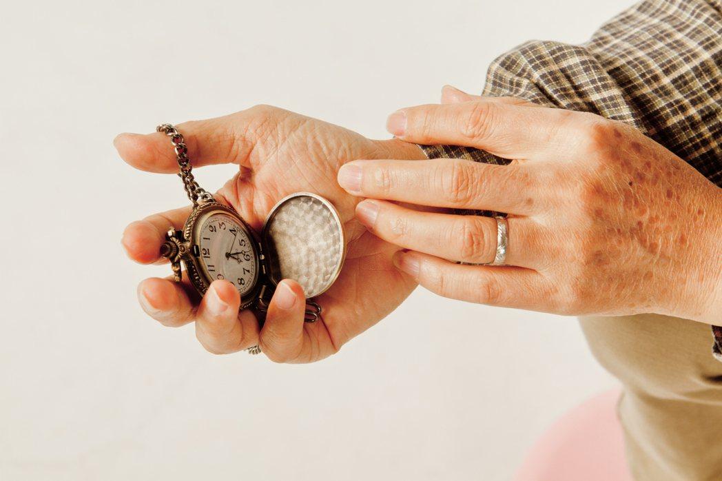 隨著年齡增長,手抖的人愈來愈多,手為什麼會抖? 記者陳立凱/攝影