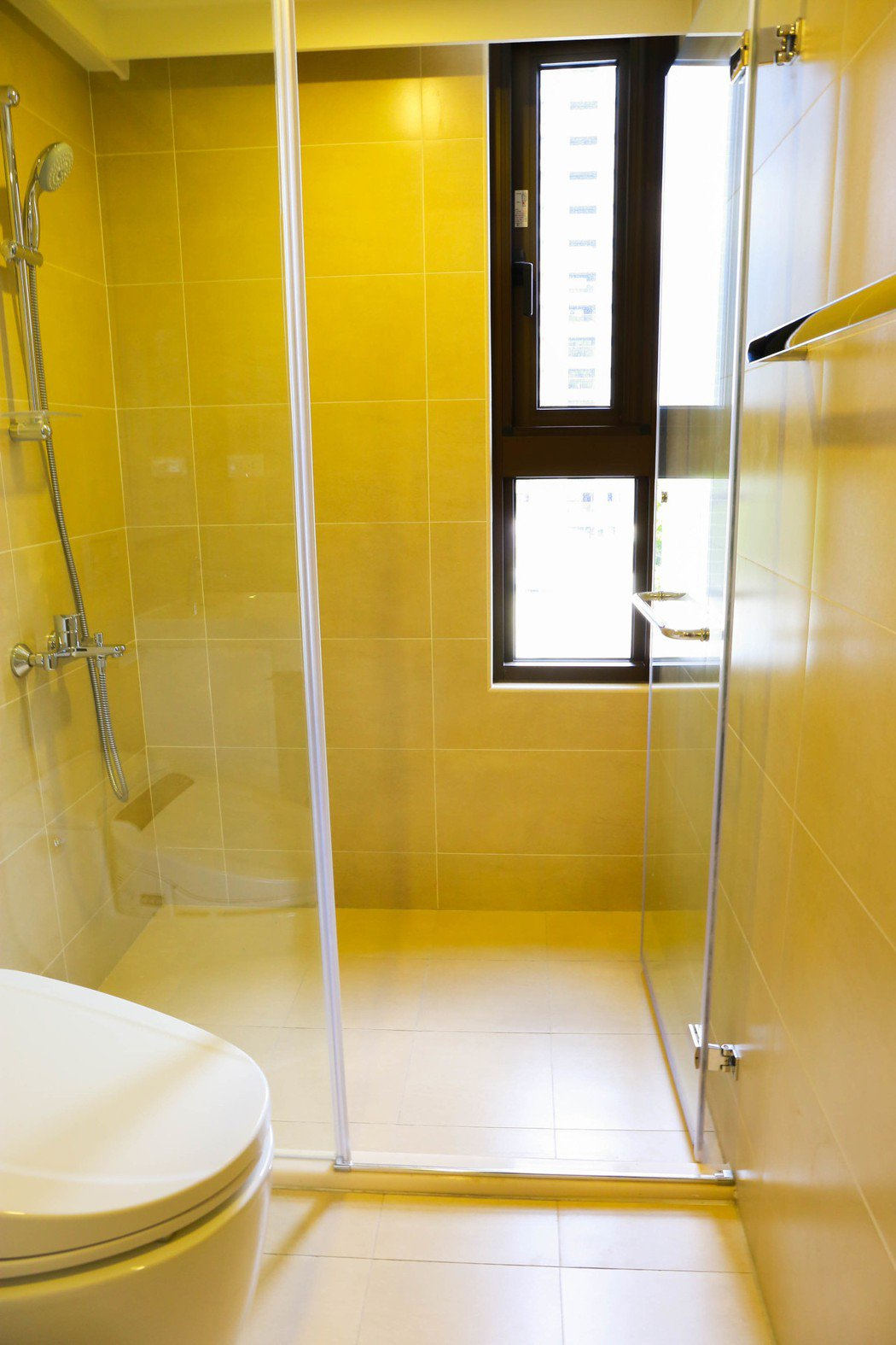 看到沒,2房的衛浴開這麼大的窗。 張世雅/攝影