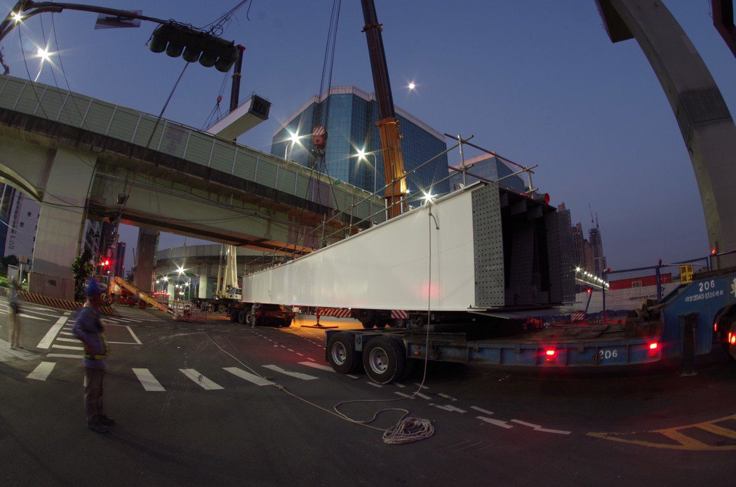 新北市捷運環狀線7月30日將繼續施作新莊思源、五工、新北大道三岔路口首波吊裝鋼梁...