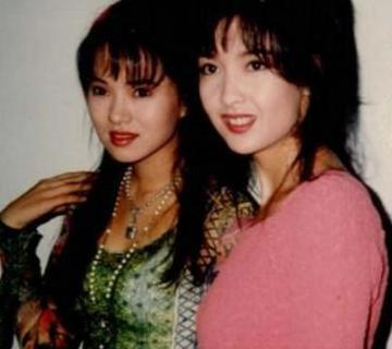 日前有網友在微博曝光女星伊能靜與周慧敏20年前的照片,照片中的伊能靜穿著花色上衣,而周慧敏則是頂著一頭當時很流行的髮型──空氣瀏海。即使過了20年,兩人面容依舊不變,讓人驚呼這才叫做「不老女神」阿!