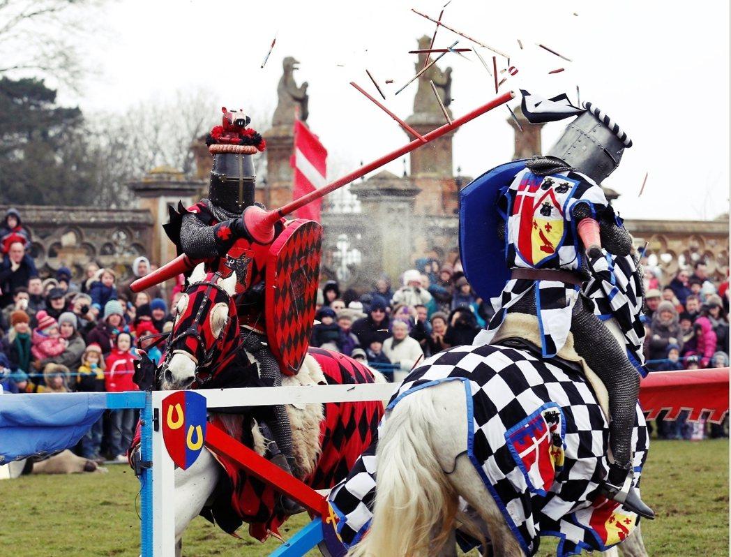 兩位騎著駿馬、手持長槍、頭戴銀盔、身著鑲上自家徽章與家紋正裝的英勇騎士...。 ...