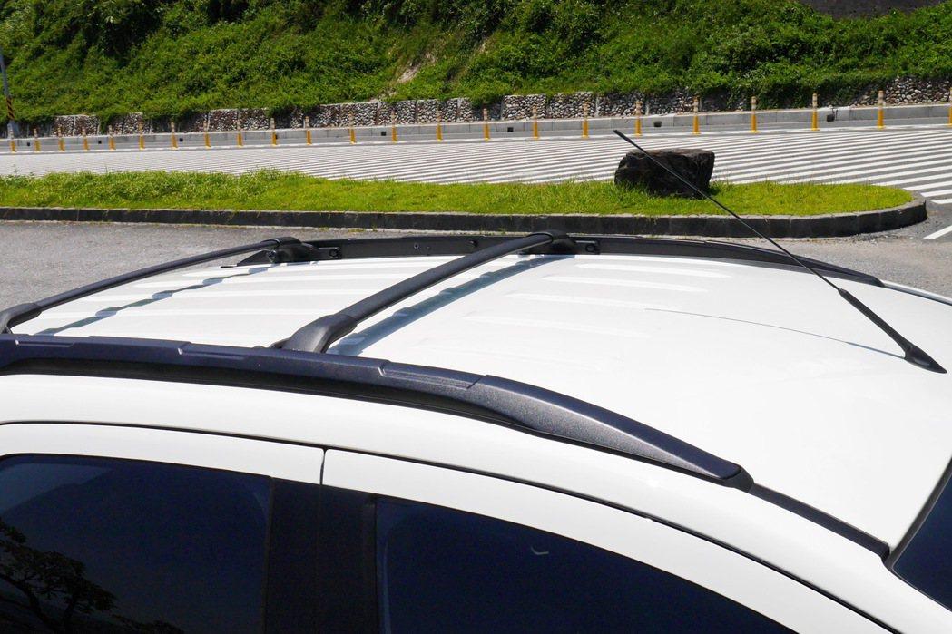 燻黑運動車頂架(標配車頂架橫桿)。  記者陳威任/攝影