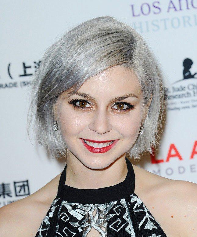 銀灰色頭髮雖然不是熱烈的顔色,但卻能在夏日起到降溫的作用。