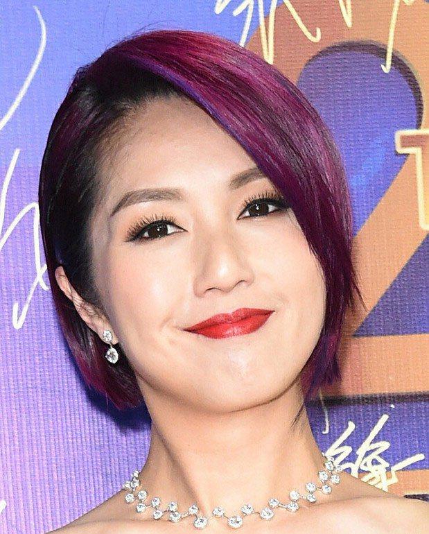 自從染了這個紫色,楊千嬅就沒有再換過髮色,足以見得這款髮色有多好看。