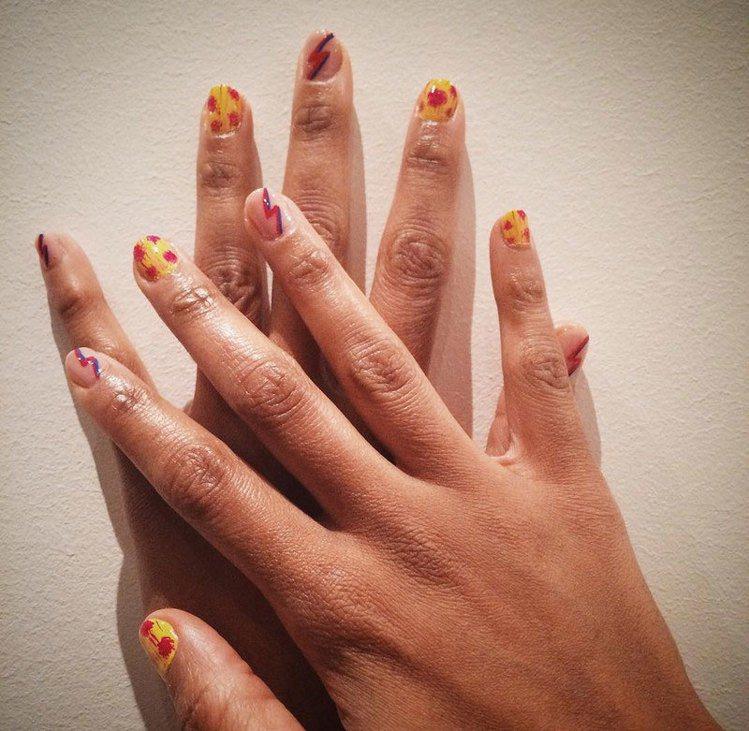 就像是花和閃電在手指尖,這兩樣都是夏日裏最獨特的代表。