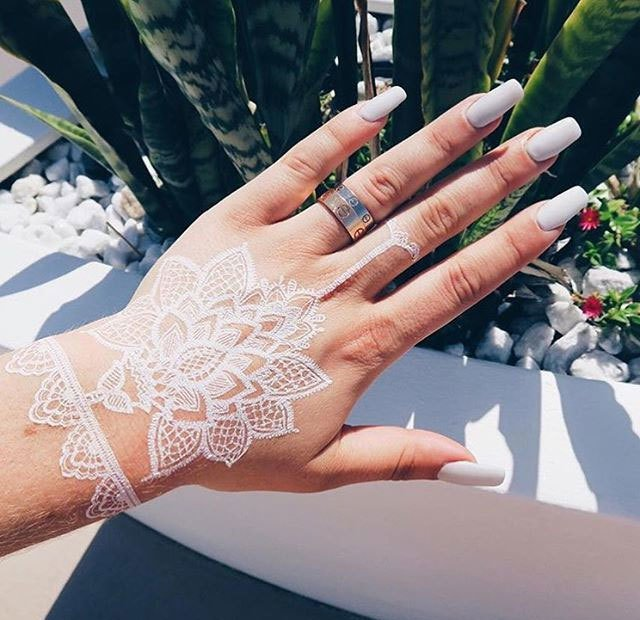 當你去度假的時候將紋身貼畫、戒指和指甲搭配在一起。