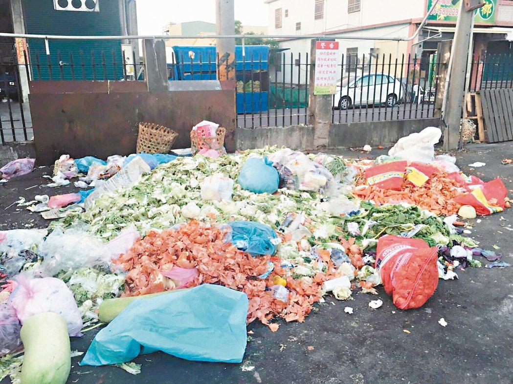 近日酷熱高溫,西螺果菜市場到處可看到被丟棄的蔬果。 圖/業者提供