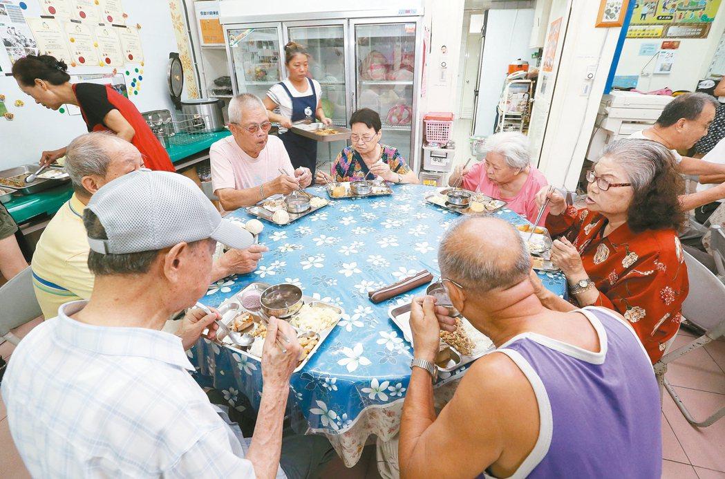 台北市中正區忠勤里社區廚房提供老人共餐,部分食材來自市場攤商、店家捐出。 記者林...