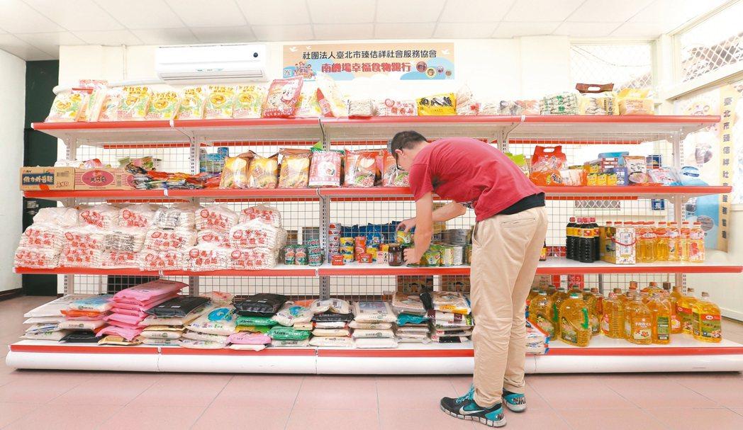 北市中正區「南機場幸福食物銀行」,工作人員盤點收來的物資。 記者林澔一/攝影