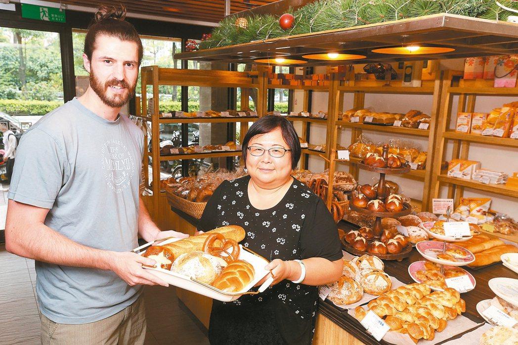 德國學生Stefan(左)與「歐嬤德式美食」老闆。 記者胡經周/攝影