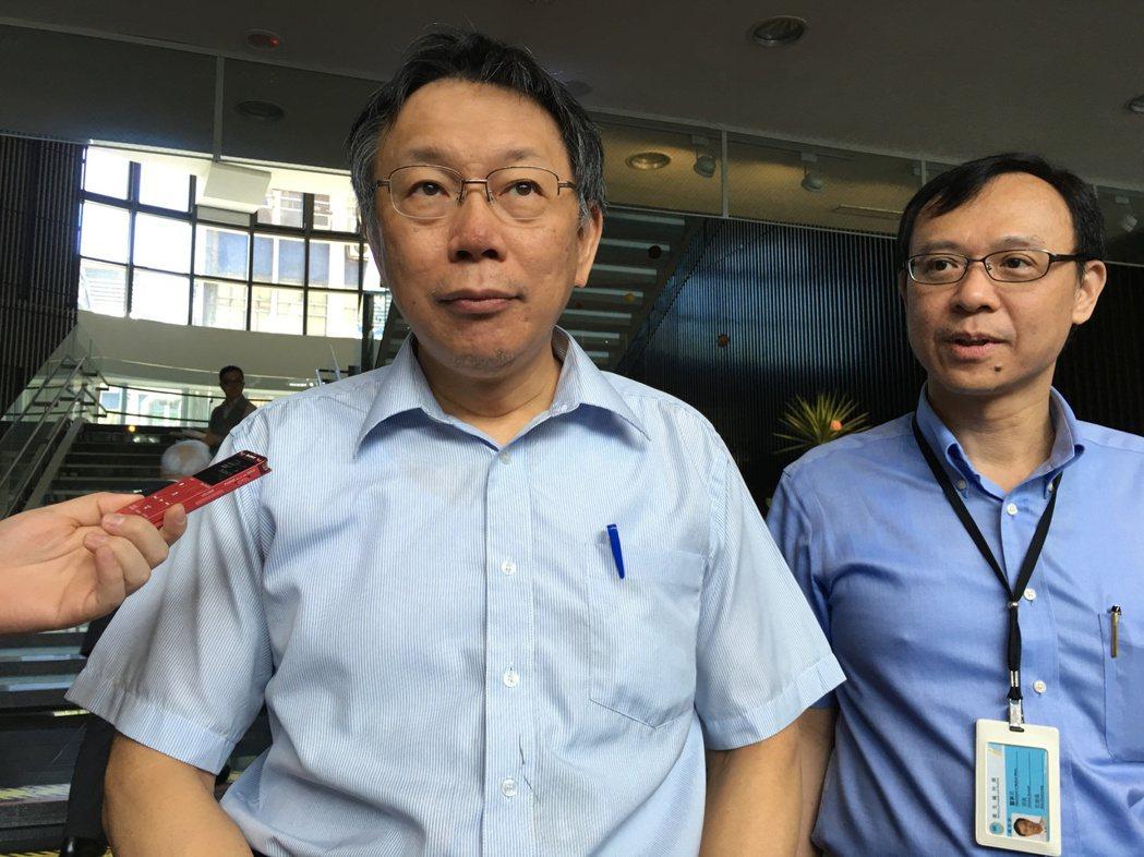 衛福部今天舉辦「台灣Hospitalist制度座談會」,台北市長柯文哲(左)到現...
