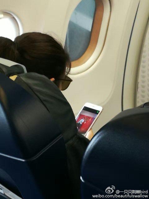 才剛新婚一天的藝人陳妍希,6日被網友目擊獨自搭機回台,有網友發現,怎麼陳妍希在等待飛機起飛前,是在滑手機,仔細一看,竟然發現她是在看自己前一天與陳曉領證時的照片。目擊的網友還寫道:「看來明星也是普通...