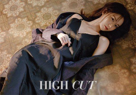 少女時代潤娥最近幫雜誌《HIGH CUT》拍攝一組寫真照,照片中的她穿著黑色細肩帶小可愛,露出酥胸與牛奶白的肌膚,眼神慵懶中帶點嫵媚,迷人模樣讓粉絲們為之瘋狂!
