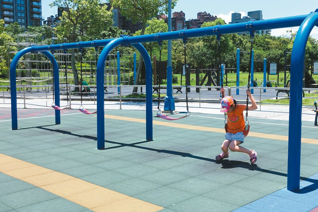 為求安全、管理便利,公園的鞦韆幾乎全部「低矮化」,讓小朋友直呼無聊。 記者邱瓊玉...