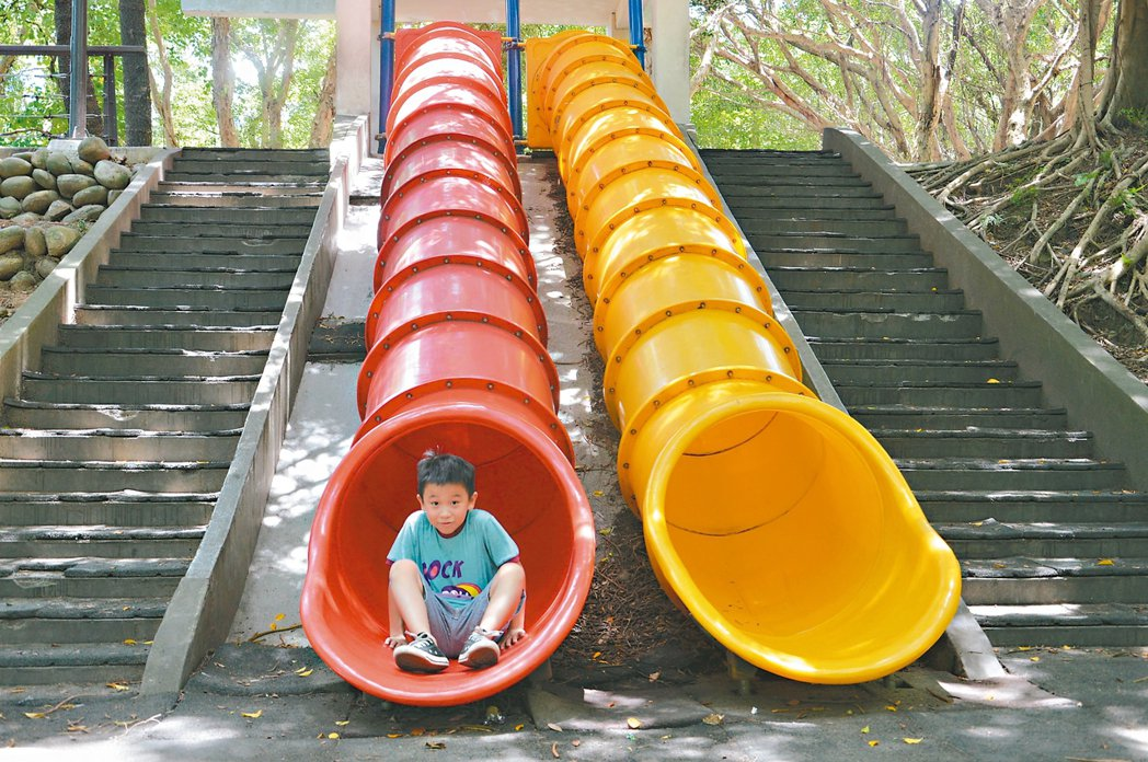 虎頭山公園遊樂設施標榜3到12歲可使用,實際上只適合幼兒,圖中小三男童的頭已快頂...