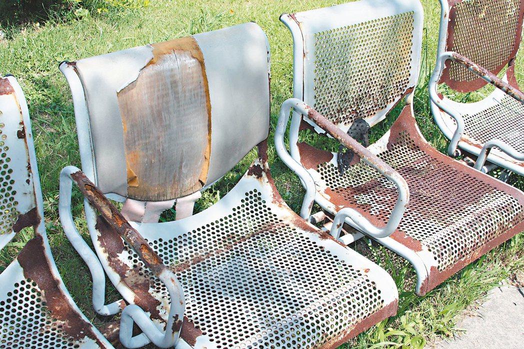 座椅鏽蝕/大園區內海社區公園裡的椅子鏽蝕斑剝嚴重。 記者曾增勳/攝影