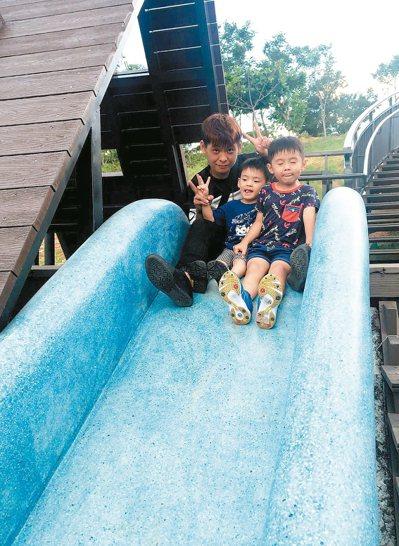 新竹市在青青草原打造54公尺,北台灣最長磨石子溜滑梯,讓大人、小孩都能玩得過癮。...
