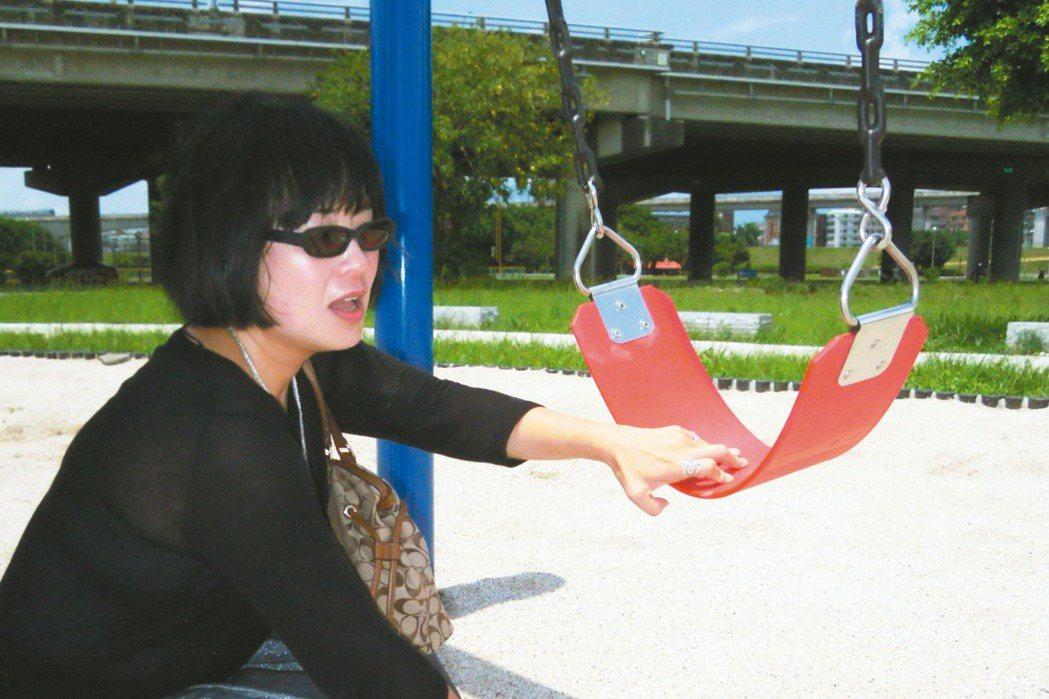 靖娟兒童安全文教基金會執行長林月琴隨機體檢新北兒童遊具,發現鞦韆的S型掛勾縫隙大...