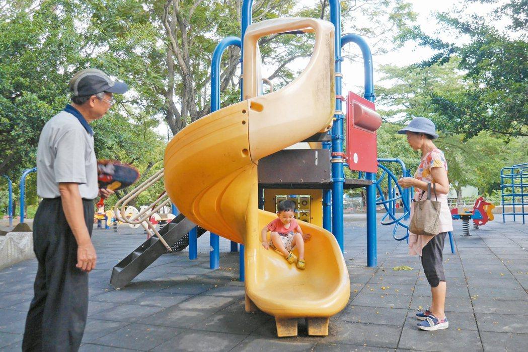 孩童在公園玩兒童遊樂設施時,需有大人在旁陪同。 記者鄭維真/攝影