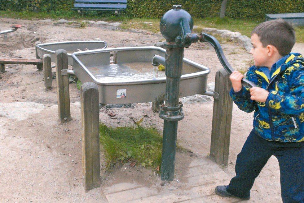 荷蘭安恆戶外博物館設有水道工程遊戲,水是收集雨水循環再利用,讓孩子在遊戲中也能動...