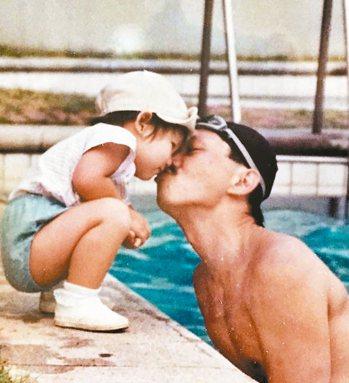 國內出版界名人簡志忠與小女兒合影,父女之愛溢於言表。他的大女兒年幼時因罕病過世,...