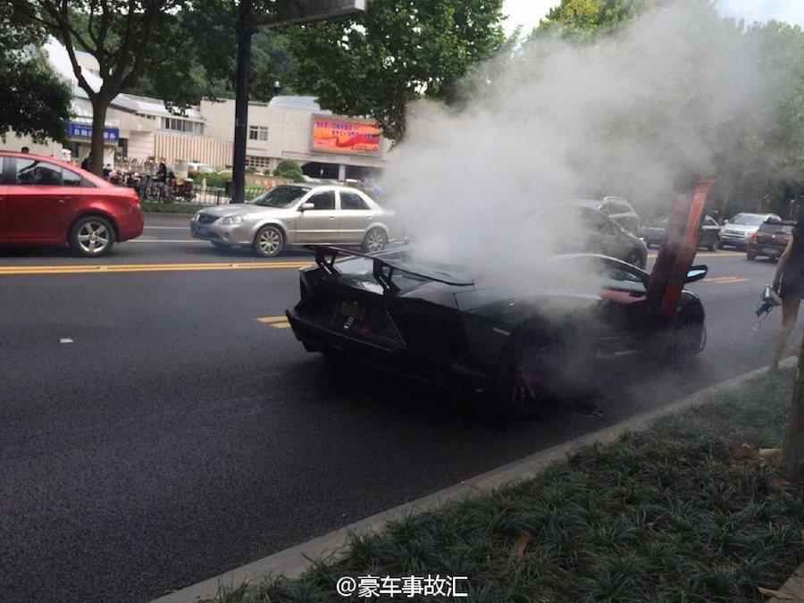 一輛Lamborghini Aventador在杭州街頭拋錨冒白煙。 摘自Ca...