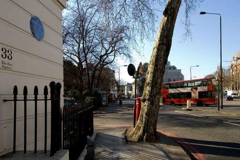 倫敦各處設置小而簡單的名人紀念藍色牌匾,讓市民易於對名人產生情感連結。 圖/En...