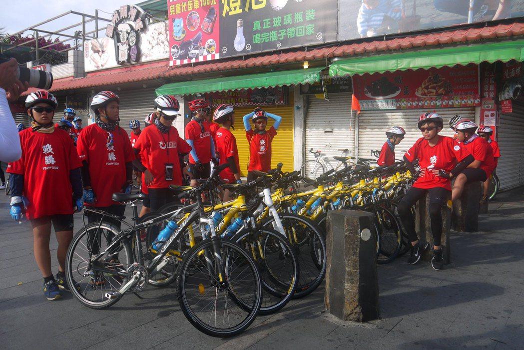 小草書屋車隊排放腳踏車非常有紀律,停放時連龍頭都朝向同側。林梵謹/攝