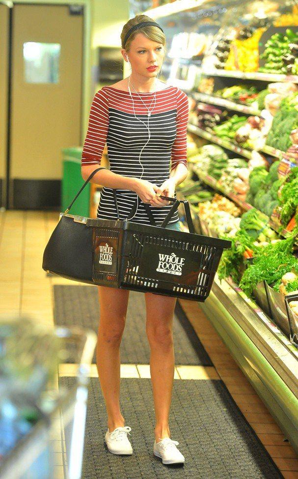 泰勒斯平常也穿著它逛超市。圖/摘自shoespost