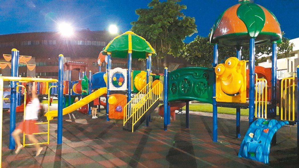 台東縣體育場戶外兒童遊戲場是縣內最大的親子遊戲場,年初重建,人氣不錯,但用的是「...