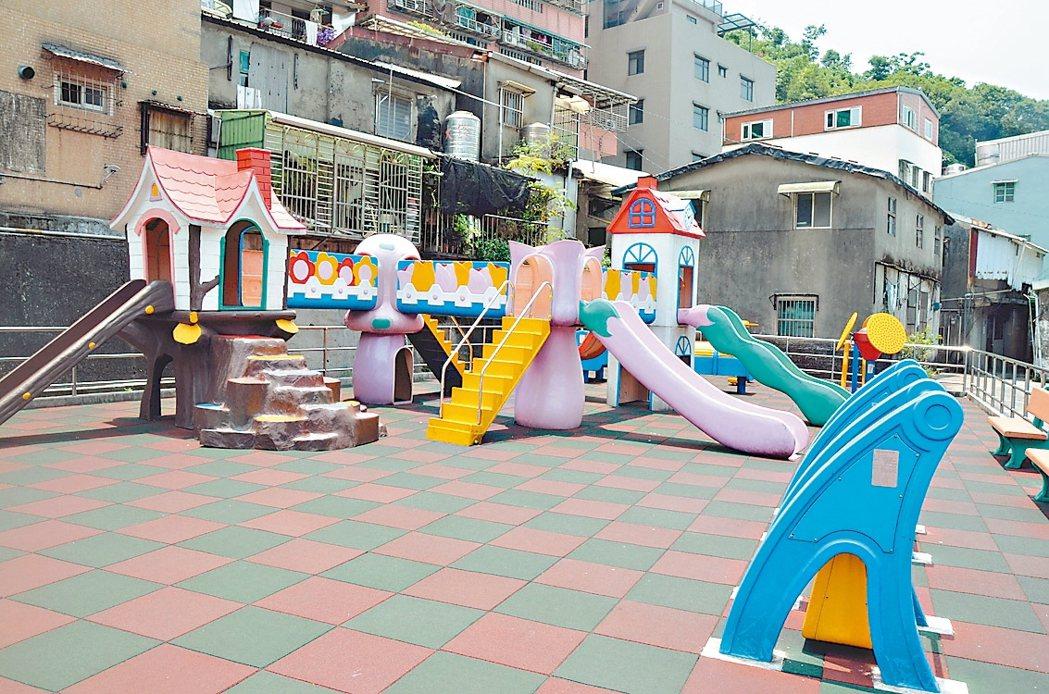 中華路一處兒童遊樂設施地墊維護得很乾淨,設施也都很新穎,市府希望民間及公部門共同...