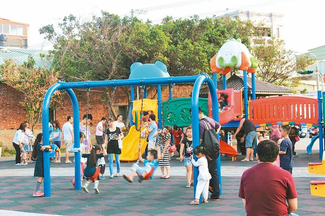 鹿港鎮兒童公園遊樂設施豐富,受孩童及家長青睞。 記者郭宣彣/攝影