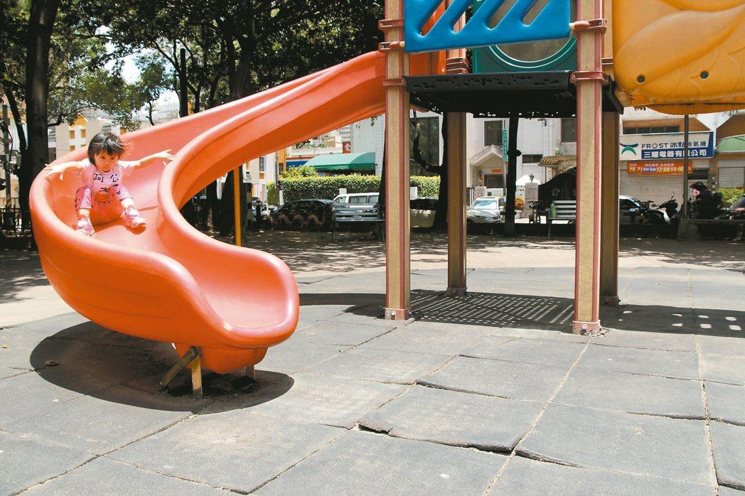 台中市建設局體檢全市兒童遊具,強調有立即危險的缺失都已改善;不過隨處觀察,仍可見...