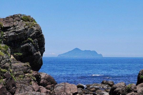 北關海潮公園可以欣賞龜山島樣貌。 記者陳威任/攝影