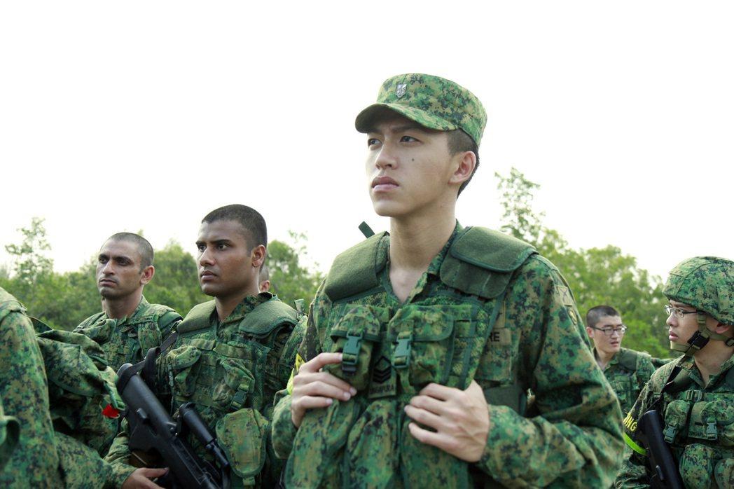 同樣實施「徵兵制」的新加坡,男子在年滿18歲後便需要進軍中服役兩年。而在台灣,也...