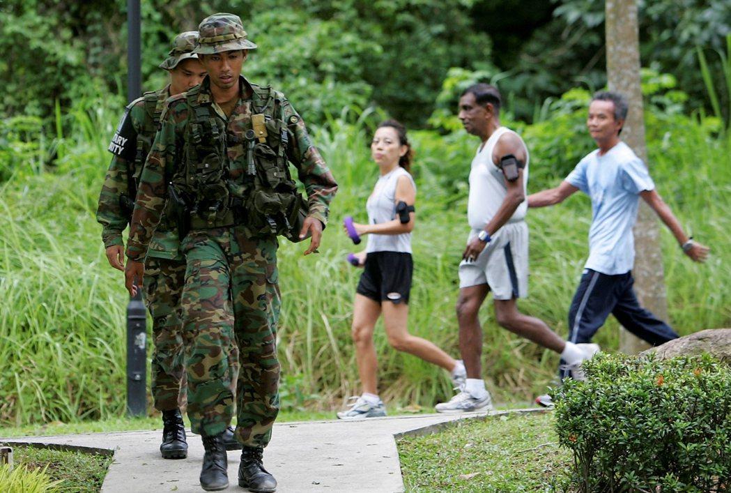 我兒子現在不回新加坡服役,那麼他將永遠都不能入境新加坡。圖為訓練中的新加坡憲兵隊...