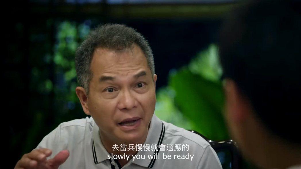 新加坡演員劉謙益,飾演出一張嘴說風涼話的役男家長。 圖/電影《新兵正傳》劇照
