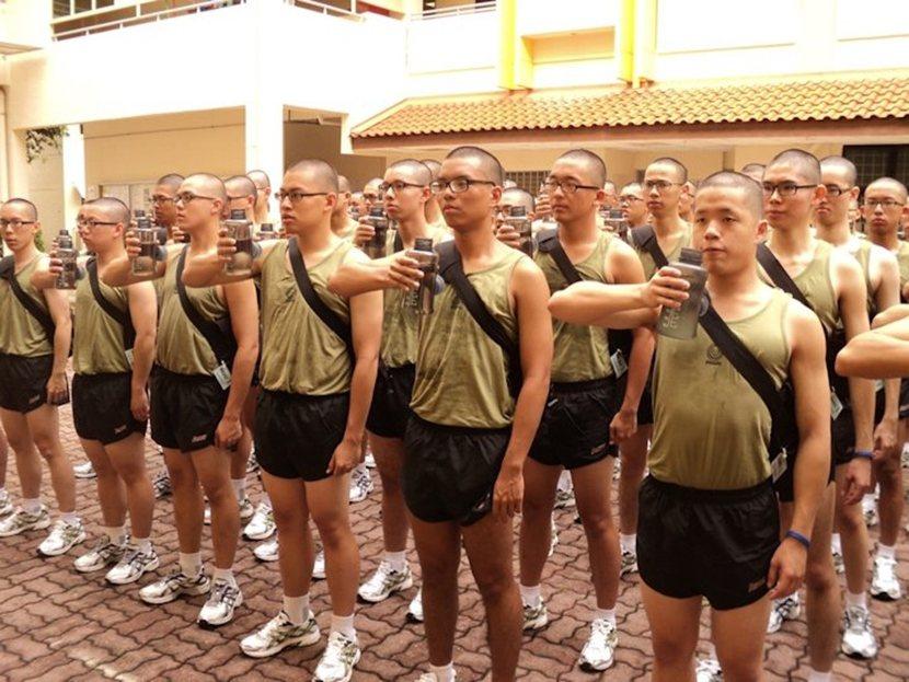 「室外操課,喝水!」雖然新加坡的軍事訓練相對精實,但與同是義務役的台灣相比,役男...