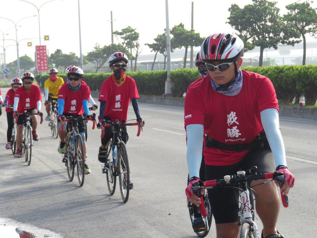「祈島計劃」第二日,天氣炎熱又逆風,小騎士們仍繼續前行。圖/楊雅棠攝影。